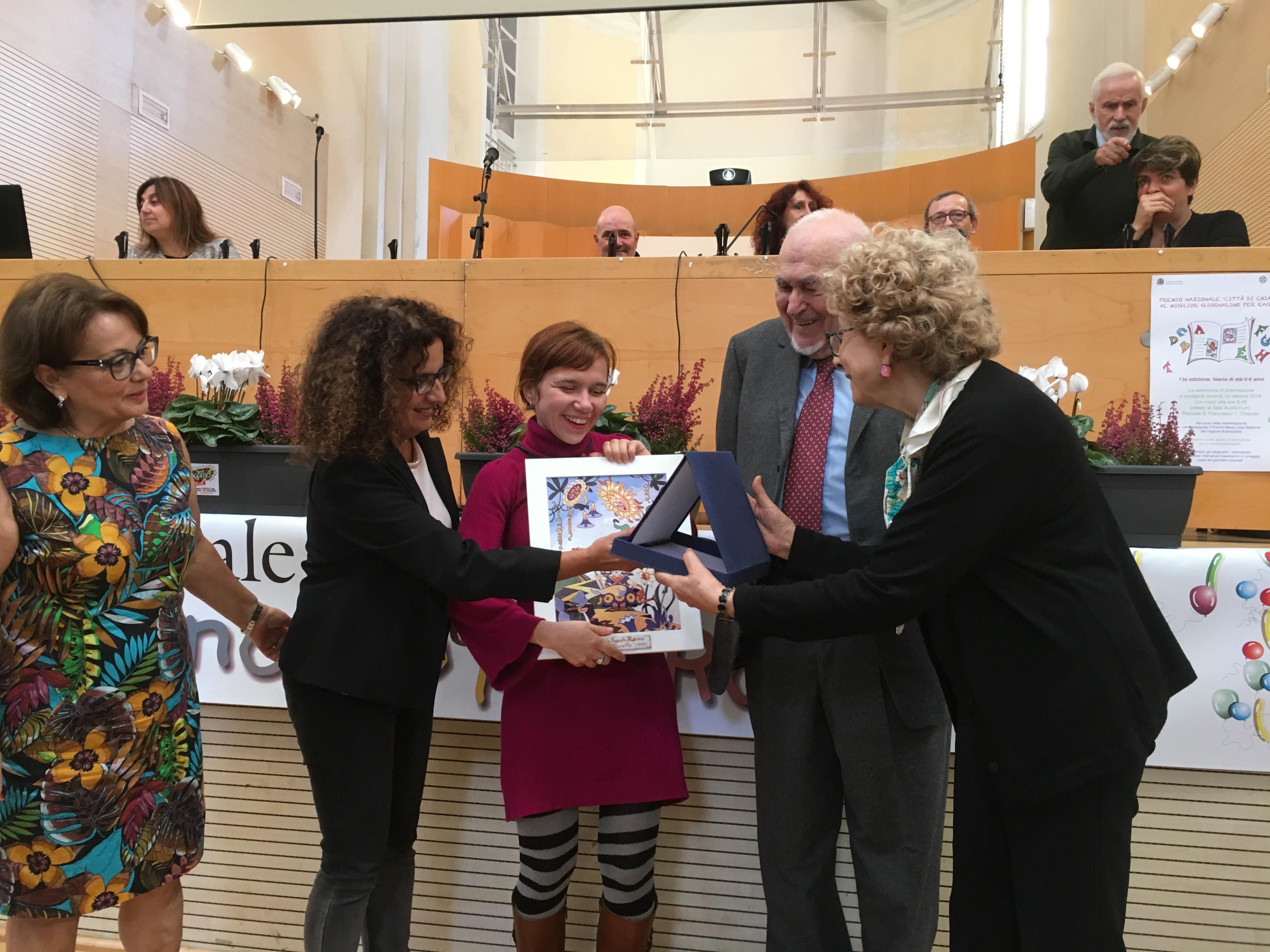 Marino Cassini consegna il Premio ad Anna Forlati come miglior eillustrazione; con loro da sinistra Anastasia Angiuoni, Rosanna Maimone e Laura Ziller