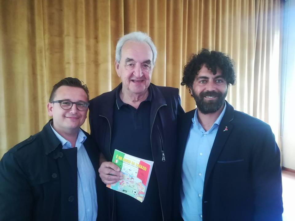 Il giornalista sportivo Bruno Pizzul con gli autori del libro