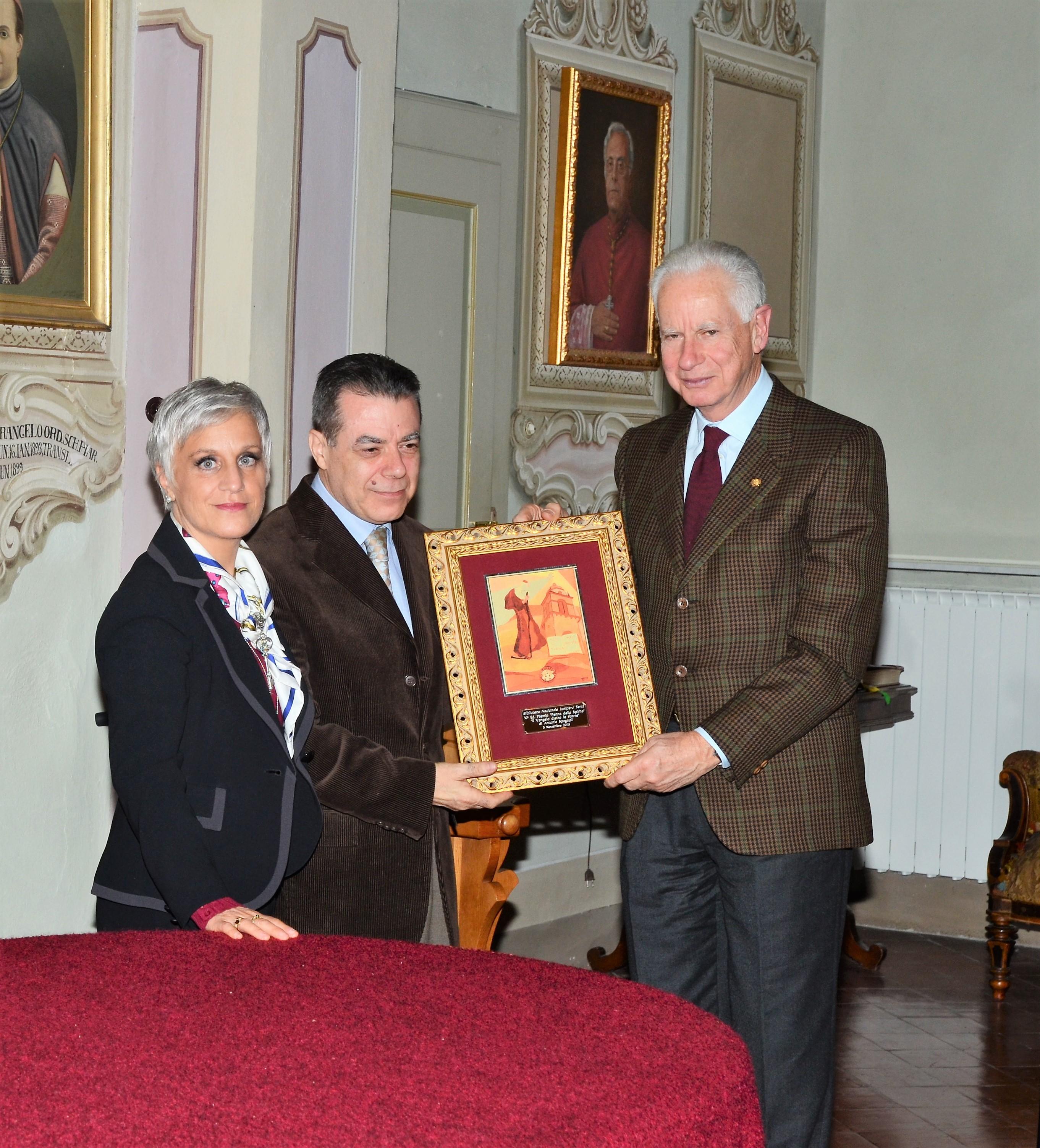 Il dr. Emanuel Costa Vicepresidente del Consiglio nazionale italiano del Serra consegna il premio 2016 ad Antonio Spagnoli