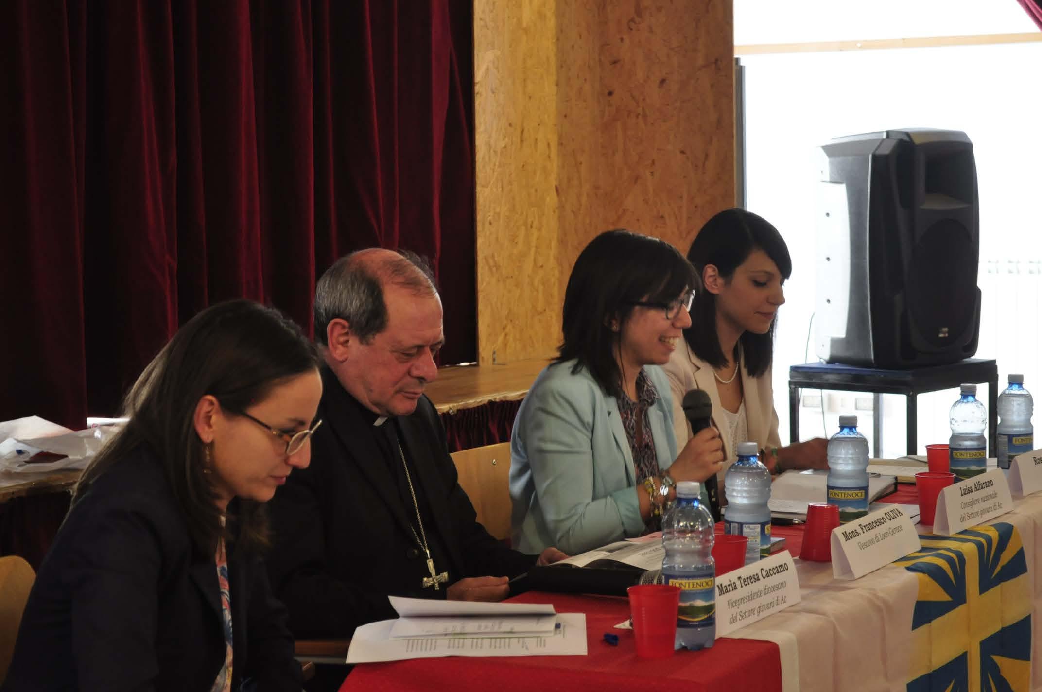 Al centro, Luisa Alfarano accanto al Vescovo Mons. Oliva