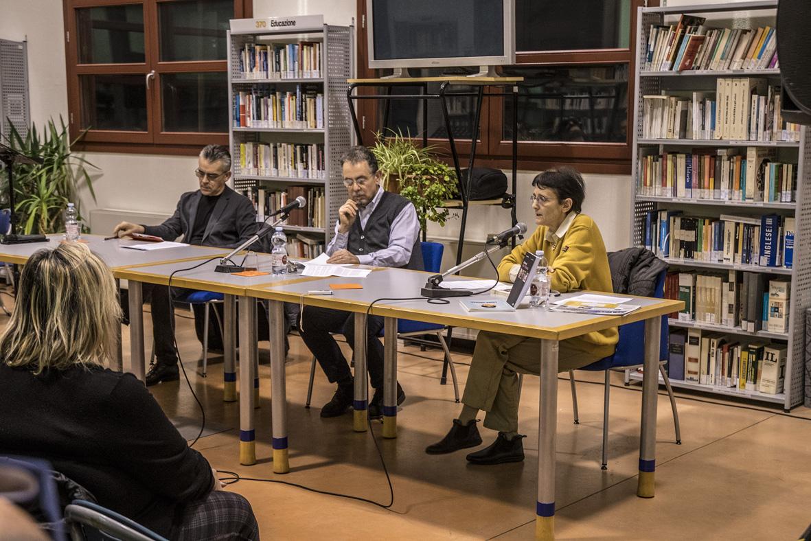 Al centro del tavolo Guido Boffi, curatore dell'antologia