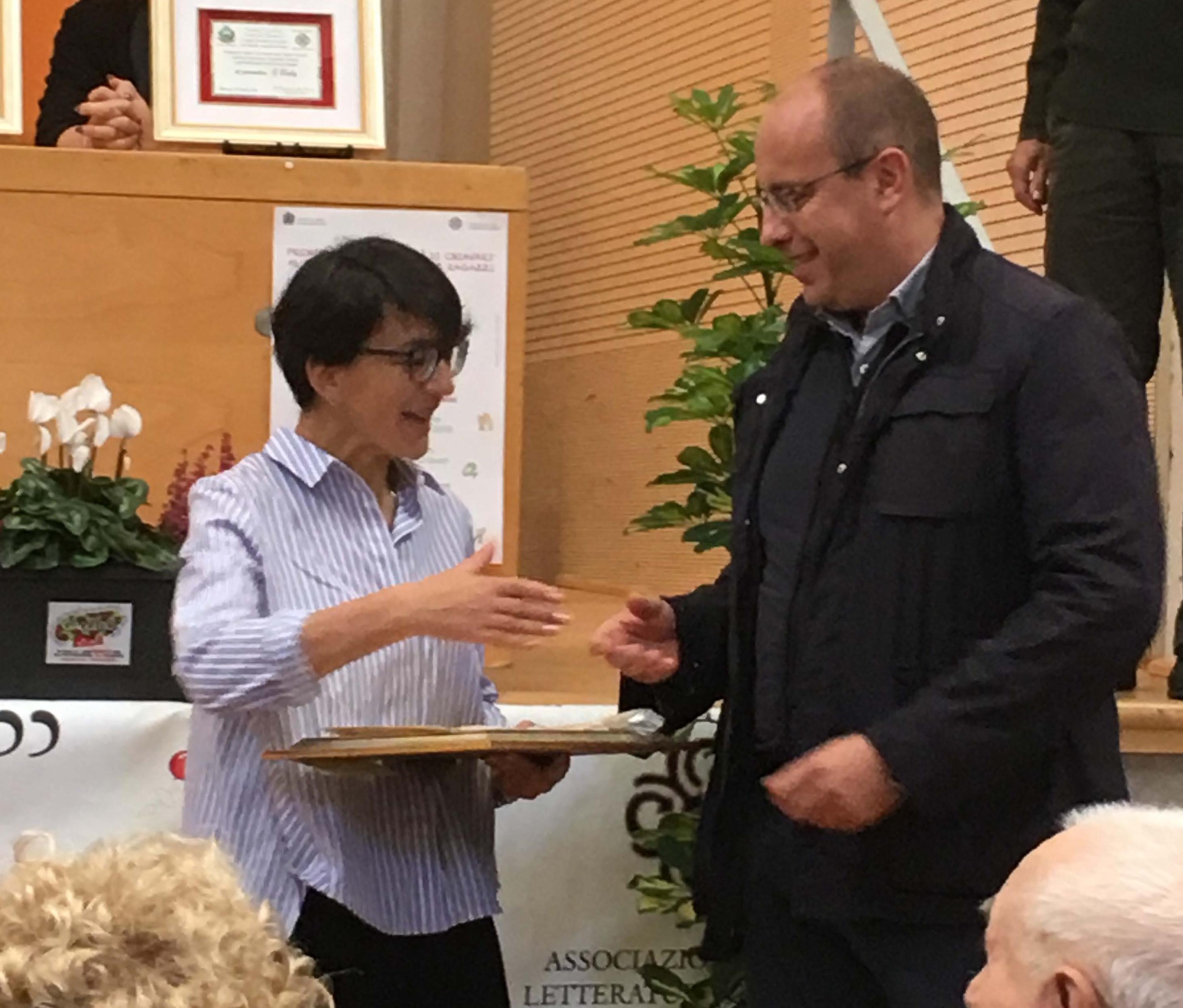 Marco Di Capua, Sindaco di Chiavari, consegna il Premio 2018 ad Anna Peiretti, Direttore de La Giostra