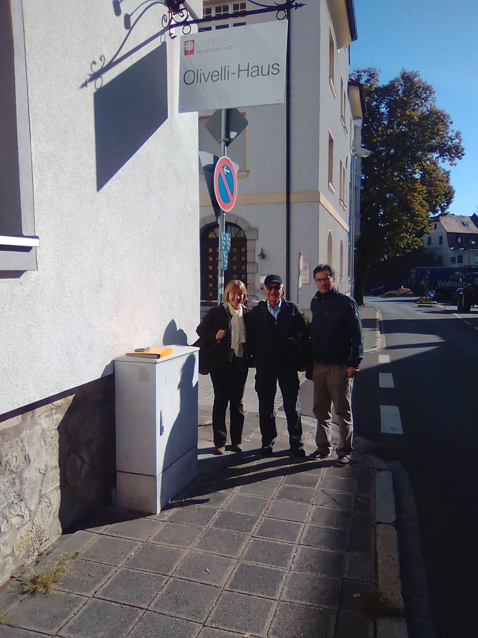 Di fronte a Casa Olivelli Anselmo Palini con Anna Della Moretta (Giornale di Brescia) e Alberto Franchi (Fiamme Verdi)