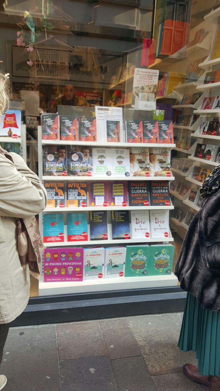 Bergamo, la vetrina della Libreria IBS, 5 aprile 2018