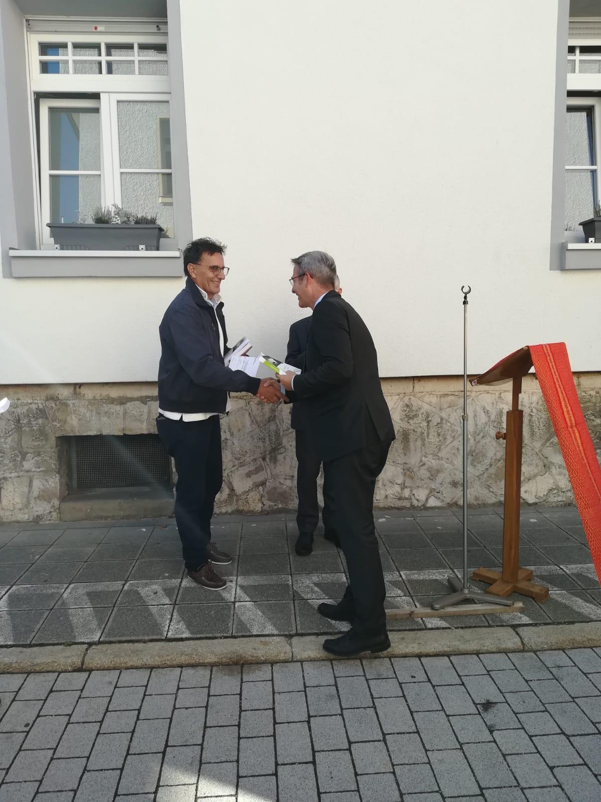 Palini consegna il libro su Olivelli al sindaco di Hersbruck