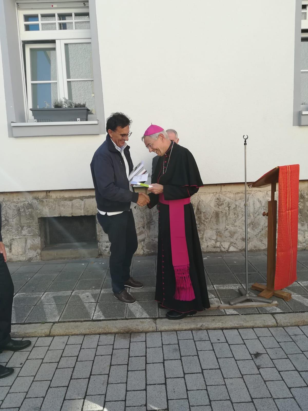 Palini consegna il libro su Olivelli all'arcivescovo L. Schick
