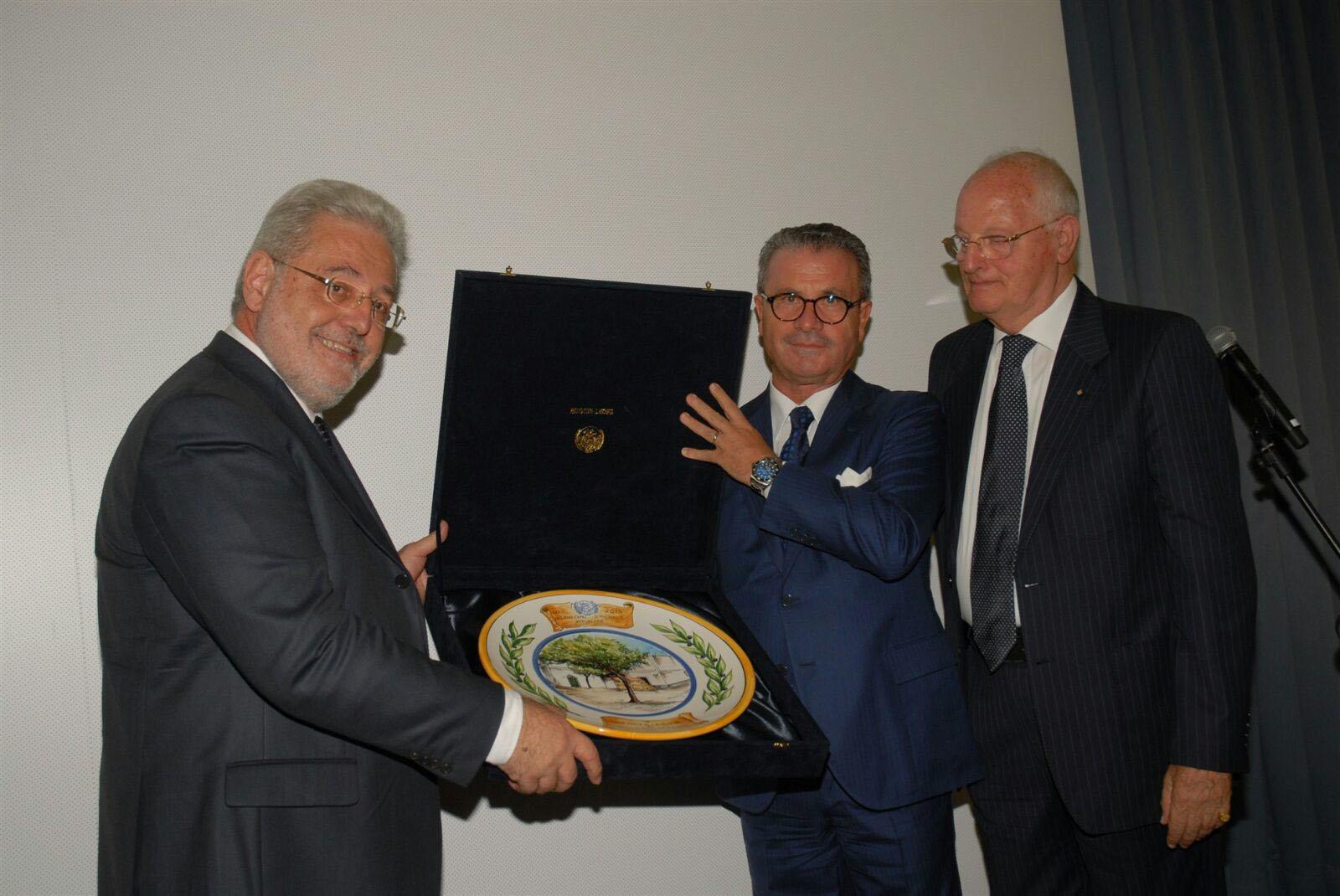 Preziosi riceve il premio dall'imprenditore Francesco Esposito