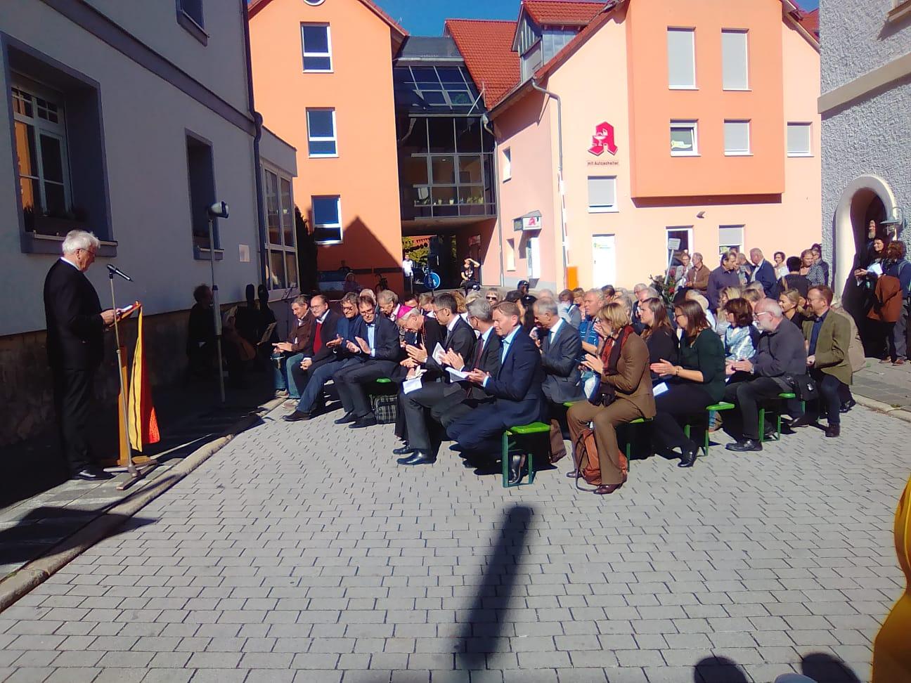 Un pubblico numeroso e attento segue la cerimonia in piazza