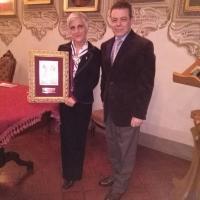 L'Autore Antonio Spagnoli mostra il riconoscimento accanto alla dottoressa Patrizia Rossi della Commissione cultura del Premio