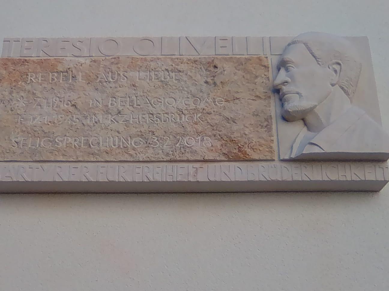 La targa a ricordo di Teresio Olivelli